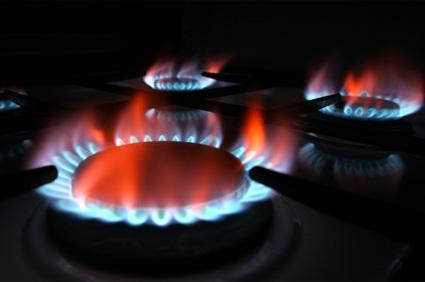 Plătim mai mult pentru gaze, dar se ieftineşte curentul electric