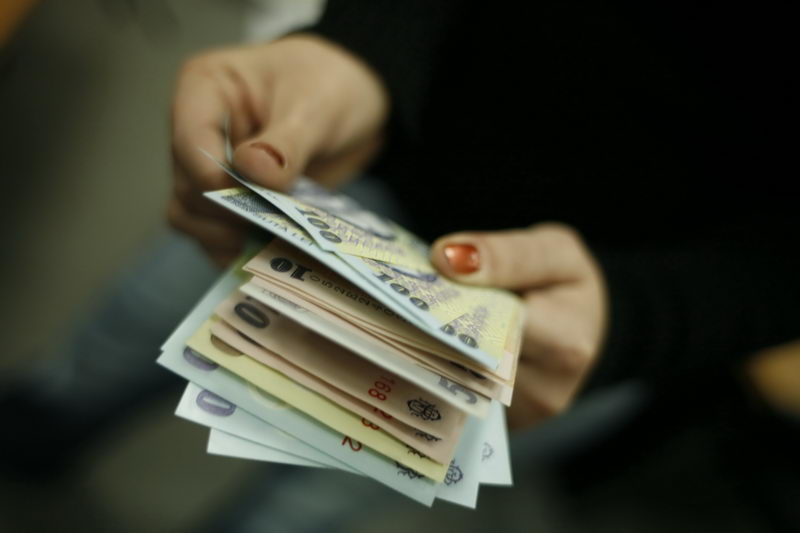 Salariile bugetarilor, înghețate în 2015
