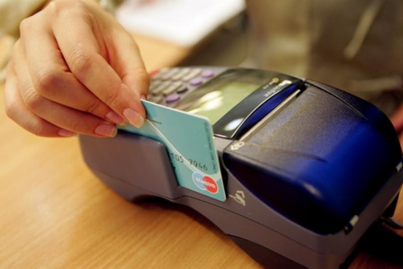 Banii de pe card vor putea fi retraşi şi de la operatorii care au POS